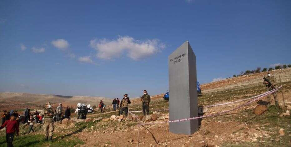 तुर्की में प्राचीन स्थल के पास नजर आया धातु का रहस्यमय खंभा