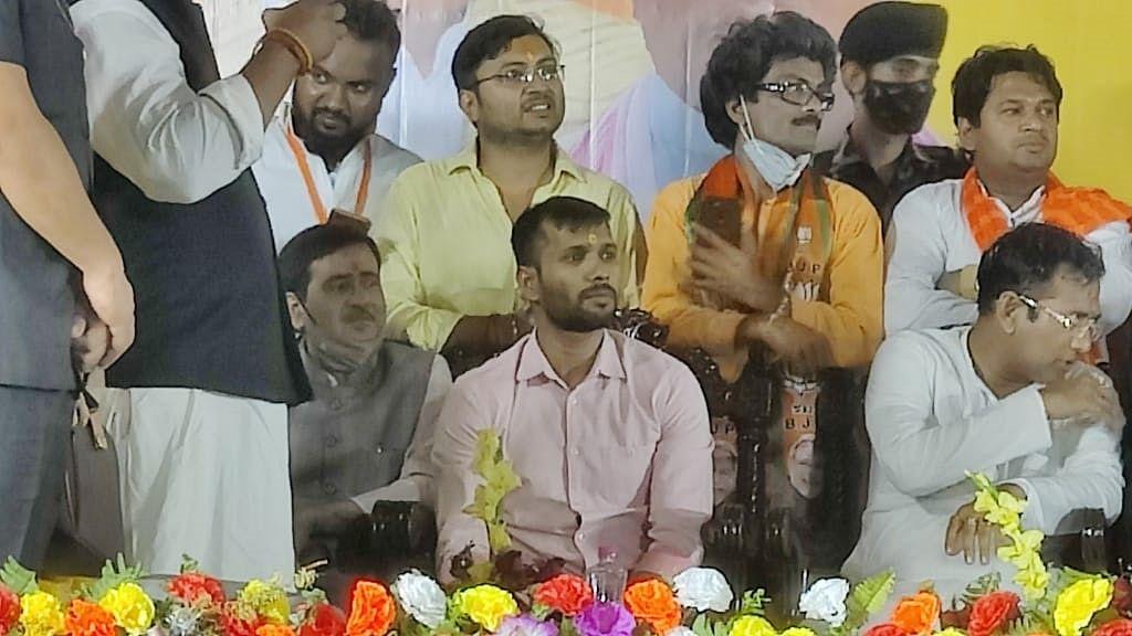 मनोज तिवारी के बाद इस क्रिकेटर ने मारी राजनीति में एंट्री, बंगाल में थामा बीजेपी का हाथ