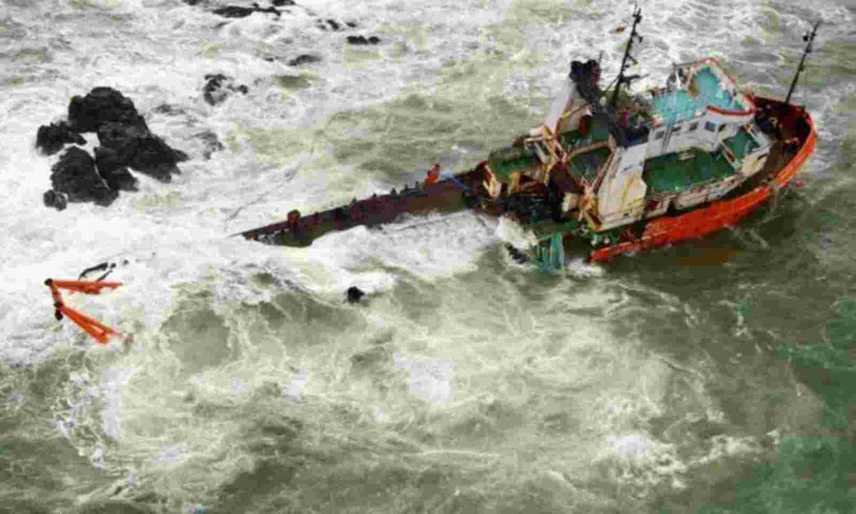 तूफान के बीच समंदर में 410 जिंदगियां फंसीं,  नौसेना ने लड़ा दी जान