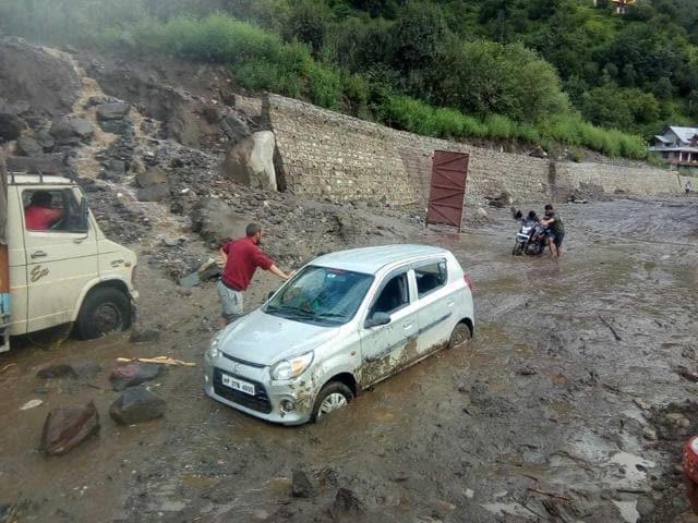 हिमाचल में मूसलाधार बारिश का कहर, सोलन-चंबा में फटे बादल, गाड़ियां बहीं