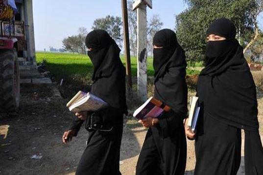 गर्ल्स हॉस्टल में बुर्का पहनने के फरमान पर छात्राओं का हंगामा, गेट पर किया पथराव